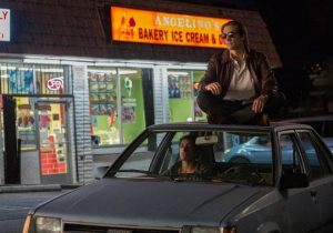 lo-sciacallo-nightcrawler-on-top-of-the-car