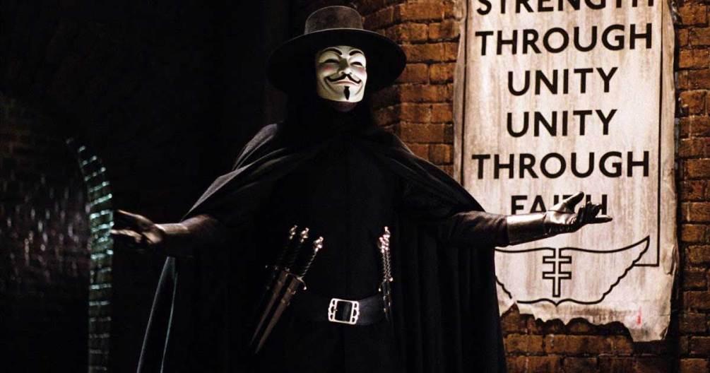 V in una scena di V per Vendetta del 2005. il film è tra le scadenze netflix