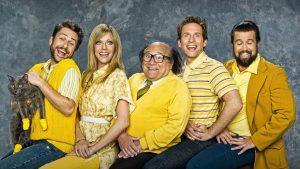 Il cast protagonista di C'è sempre il sole a Philadelphia, nei tipici vestiti gialli.