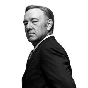 Il presidente Underwood, fotografato di tre quarti, in bianco e nero, guarda in camera circospetto. Altra caratteristica del protagonista di House of Cards.