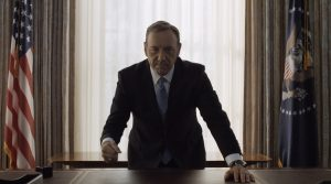L'immagine è la più simbolica di House of Cards. Alla fine della seconda stagione, il Presidente Underwood sposta la poltrona dietro alla scrivania nella sala ovale, accarezza il pianale in pelle, alza lo sguardo in camera e picchia due colpi di anello sul tavolo. Il gesto è tipico del protagonista, quando raggiunge qualcosa di importante.
