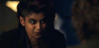 Il personaggio di Kali, sorella di laboratorio di Undici, qui ritratta in primo piano con un sorriso malizioso. Potrebbe tornare in Stranger Things 3