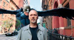 Fotogramma simbolo di Birdman. Il protagonista cammina per il marciapiede deserto, mentre il suo alter ego alato immaginario, sospeso per aria, gli sussurra le più grandi ambizioni. Birdman è uno dei film che dividono il pubblico.