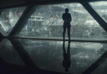 Campo lungo estratto da Gli Ultimi Jedi. Unna campata di trasparacciaio, in un hangar dello Star Destroyer di Kylo Ren, ritratto di spalle mentre guarda l'avanzamento dei lavori sulla nave.