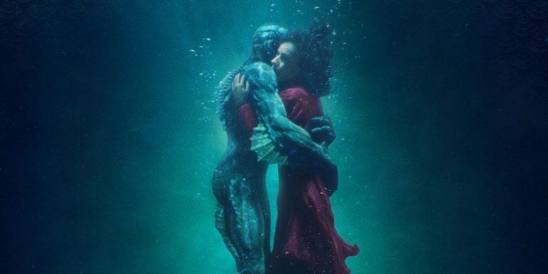 L'essere marino abbraccia nell'acqua la sua innamorata terrestre, nel film The Shape of Water, possibile candidato agli Oscar 2018