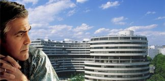 George Clooney in primo piano guarda il palazzo del Watergate. Netflix sta producendo la serie sullo scandalo.
