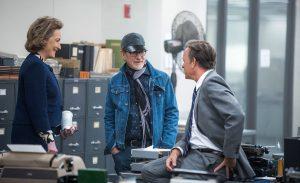 Steven Spielberg, in mezzo a Meryl Streep e Tom Hanks, in una foto di backstage durante le riprese di The Post. I tre sorridono. Il regista è un possibile nominato agli Oscar 2018
