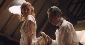 Daniel Day-Lewis, nei panni del sarto, aggiusta l'orlo ad una ragazza bionda, con un vestito bianco a strascico. L'attore è possibile candidato agli Oscar 2018