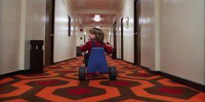 Danny, figlio di Jack e Wandy in uno dei Corridoi dell'Overlook Hotel nel film Shining.