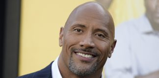 Dwayne Johnson fotografato sorridente in primo piano con pizzetto brizzolato. Vuole la Casa Bianca nel 2024.