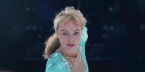 Margot Robbie è ripresa in primo piano, durante una pattinata sul ghiaccio. Il momento è teso. L'attrice è una possibile candidata agli Oscar 2018