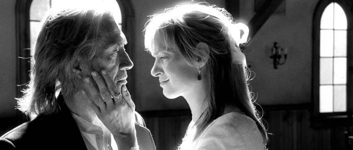 La sposa, in quest'inquadratura in bianco e nero, prende il volto di Bill tra le mani, il suo viso è triste, lo supplica di perdonarla, prima di baciarlo. Lui è attonito. Film che dividono il pubblico è una lista che comprende anche Kill Bill.