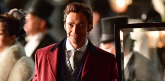 The Greatest Showman è il nuovo film con Hugh Jackman, qui in primo piano, felice e sorridente, negli abiti di scena.