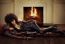 Domino è sdraiata sulla pelle di leone di Deadpool