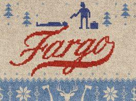 Ricamo locandina di Fargo. Il nome della città è scritto in rosso, in corsivo. Vi sono anche due uomini, uno dei quali punta la pistola al secondo.