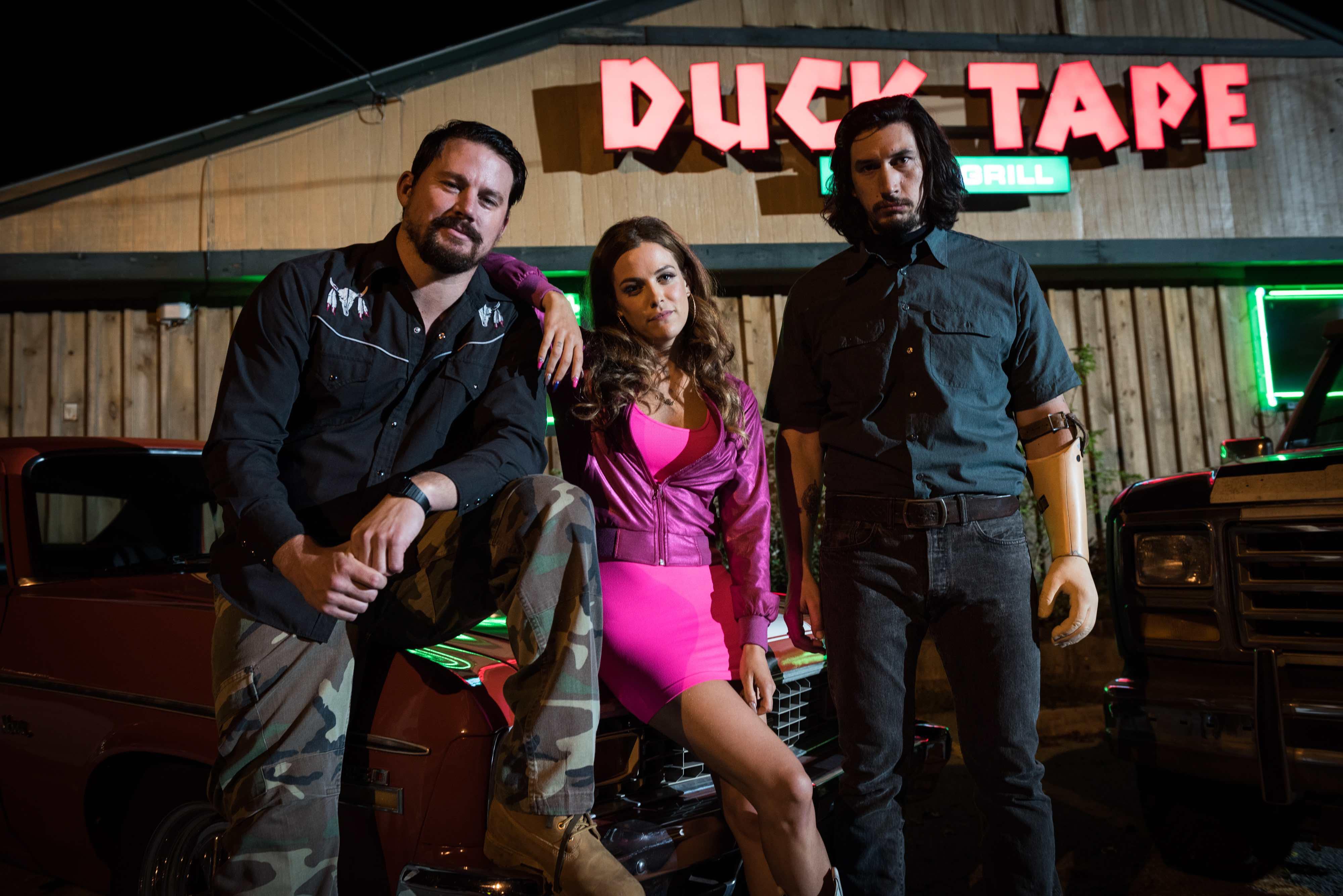 I protagonisti vestiti di nero e rosa de 'La Truffa dei Logan'