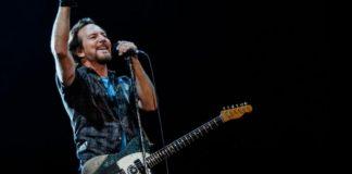 Esibizione dei Pearl Jam che cantano Imagine a Roma in risposta alla difficile situazione politica sull'immigrazione.