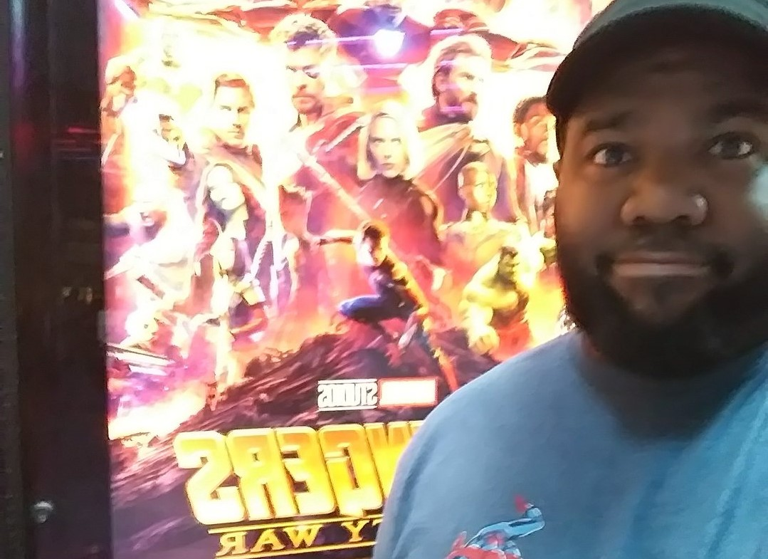 Nem davanti alla locandina di Avengers: Infinity War.
