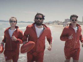 I Thegiornalisti corrono sulla spiaggia nel video del singolo di successo Riccione.