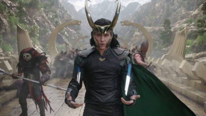 Tom Hiddleston rivela la sua scena improvvisata preferita in Thor: Ragnarok