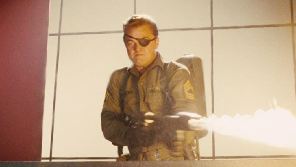 Rick Dalton ( Leonardo di Caprio ) Armato di Lanciafiamme