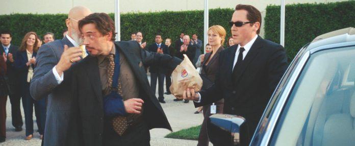 Iron Man mangia un Cheeseburger Americano