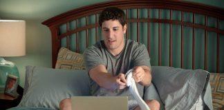 Jason Biggs sul letto a guardare porno