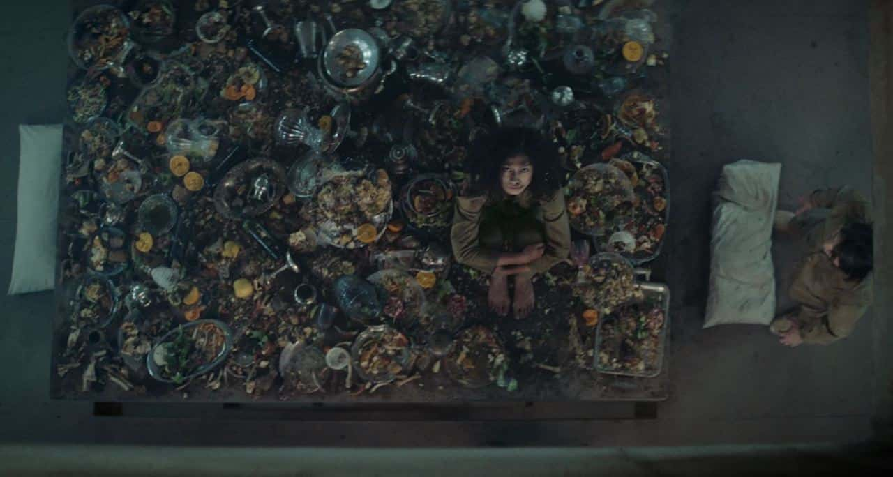 Una rispresa dall'alto che mostra l'interno di un Livello del film il Buco.